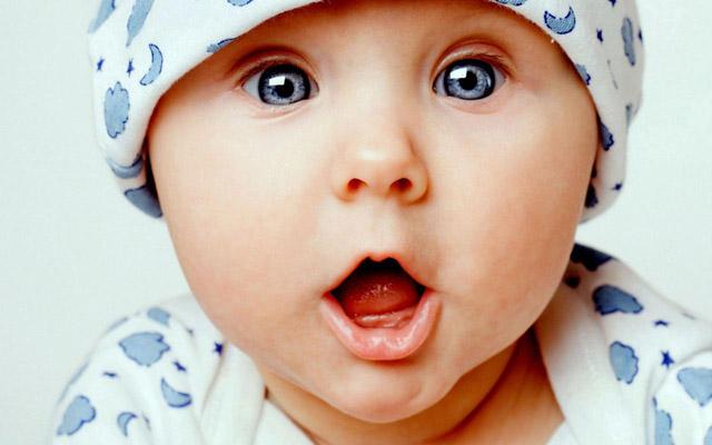 bebe sorprendido