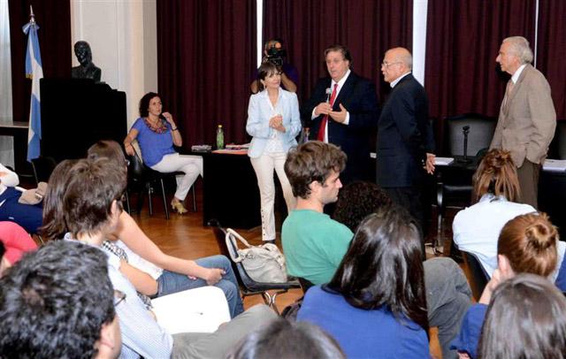 El ministro de Salud, Alejandro Collia, en la facultad de Medicina de la UBA.