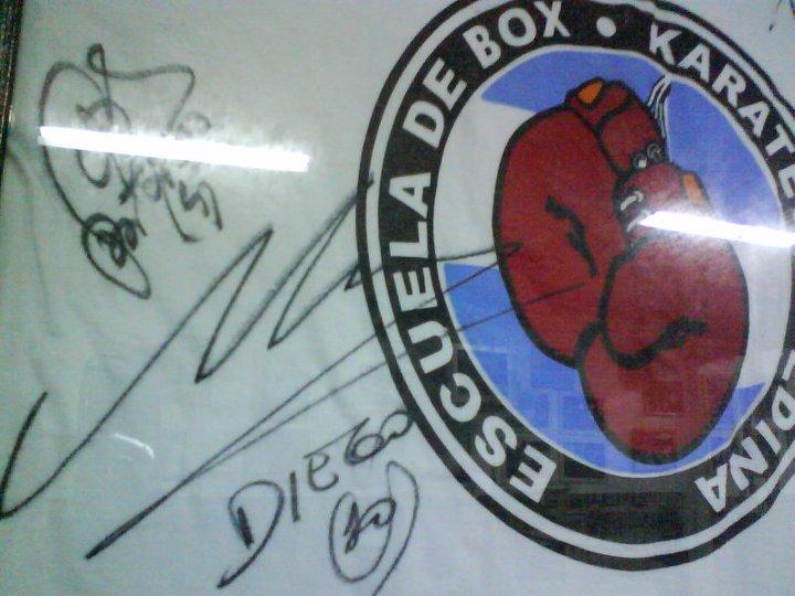 TESORO. Una remera firmada por Maradona luce colgada en el gym del Karateca.