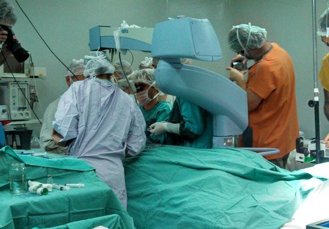 QUIRÓFANO. El equipo médico en acción.