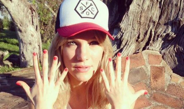 """La campaña """"Nailfies"""" en redes sociales invita a pintarse las uñas de color rosado."""