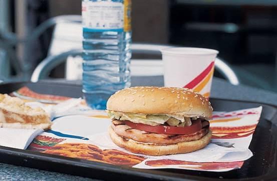 Niños menores de dos años no deben ingerir comidas rápidas como hamburguesas